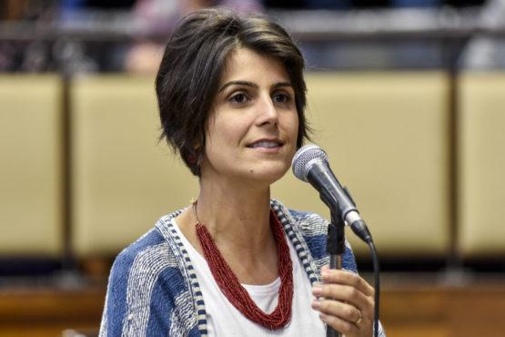 Manuela D'Ávila se irrita com provocação de apoiador de Bolsonaro