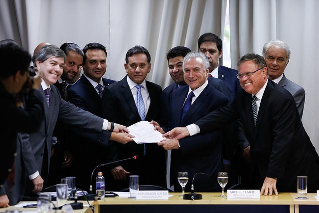 Michel Temer, o ministro da Agricultura Blairo Maggi e integrantes da Frente Parlamentar Agropecuária, na Câmara dos Deputados, em agosto de 2017