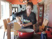 A professora e psicóloga Andréia Bonato mantém projeto gastronômico em sua casa na zona Sul de Porto Alegre | Foto: Divulgação