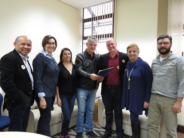 Integrantes da Chapa 1 receberm os diretores do Sinpro/RS Cláudia Freires e Amarildo Cenci