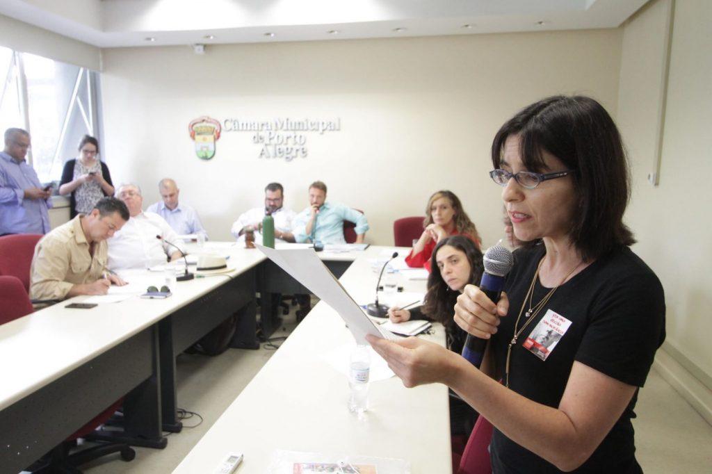 Russel Teresinha Dutra, durante audiência pública em setembro de 2017, quando o Movimento Escola Sem Mordaça pediu o arquivamento de Projeto de Lei da Escola Sem Partido, proposto na Câmara de Vereadores de Porto Alegre