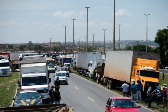 Caminhoneiros protestam na BR 040, nas proximidades de Valparaíso de Goiás