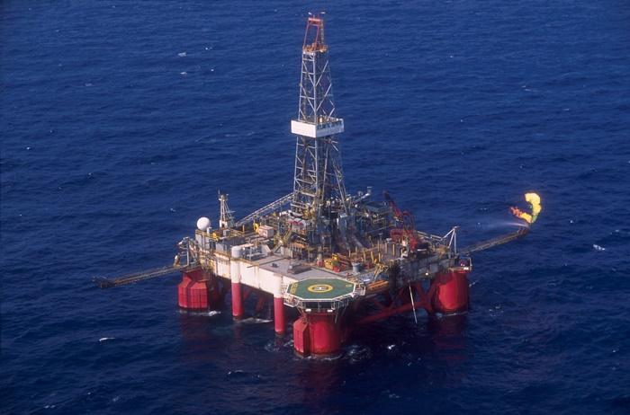 Plataforma semisubmersível SS-11, na Bacia de Santos: Somente para o segundo semestre de 2018, a Petrobras prevê a entrada em operação de mais cinco navios-sonda para extração do petróleo da cessão onerosa, com capacidade de produção maior que 1 milhão de barris por dia