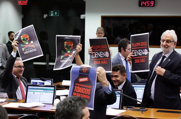 Deputados de oposição protestam contra projeto de lei que libera a produção de pesticidas no país