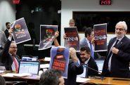 Em reunião da Comissão especial que aprovou o texto no dia 25 de junho, os parlamentares contrários à proposta se manifestaram com cartazes | Foto: Michel de Jesus/ Agência Câmara