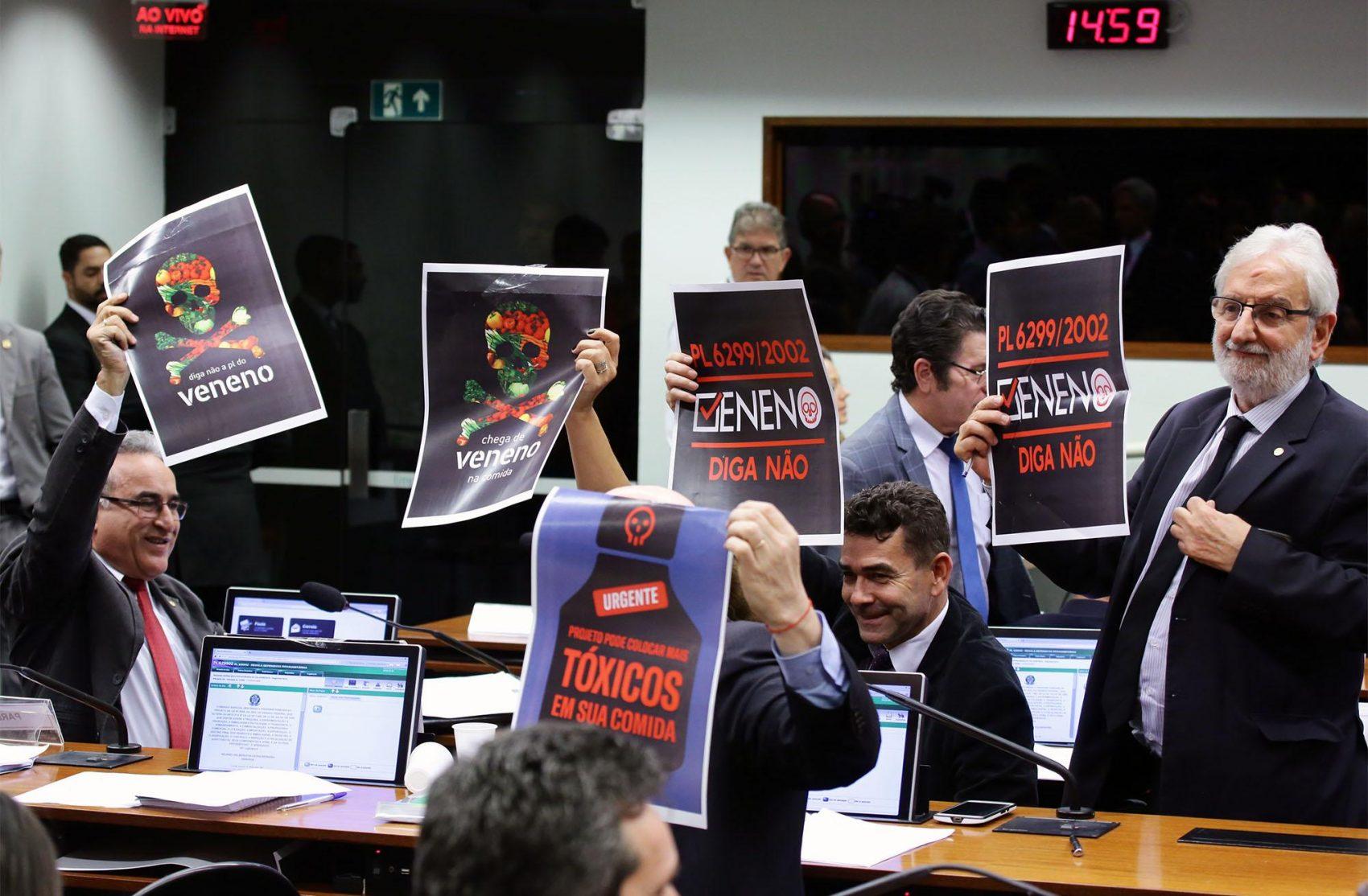 Em reunião da Comissão especial que aprovou o texto no dia 25 de junho, os parlamentares contrários à proposta se manifestaram com cartazes