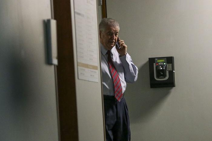 O deputado Nelson Marquezelli aguarda enquanto agentes da Polícia Federal realizam buscas em seu gabinete na Câmara dos Deputados
