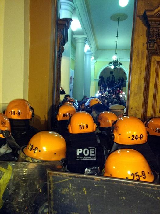 Após quase dez horas de tensão, um acordo foi negociado para que a desocupação ocorresse sem uso de violência por parte da Tropa de Choque contra os servidores