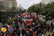 Após concentrações na Fecomércio e no Palácio Piratini, manifestantes seguiram em marcha até o Tribunal do Trabalho, na avenida Praia de Belas | Foto: Igor Sperotto