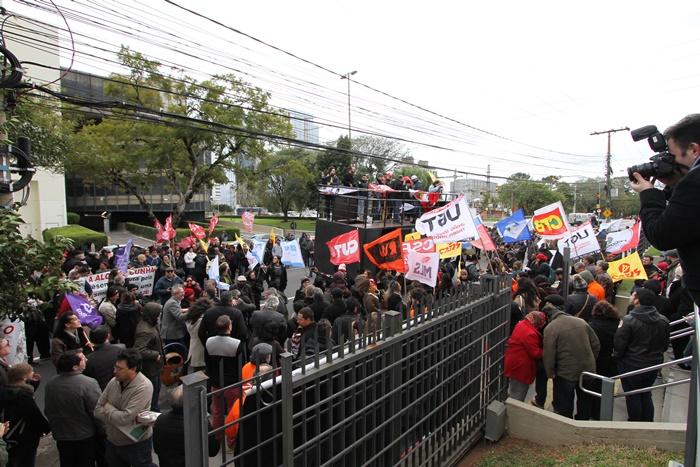 Diante do prédio do TRT4, pronunciamentos em defesa da Justiça do Trabalho e a adesão de servidores e desembargadores