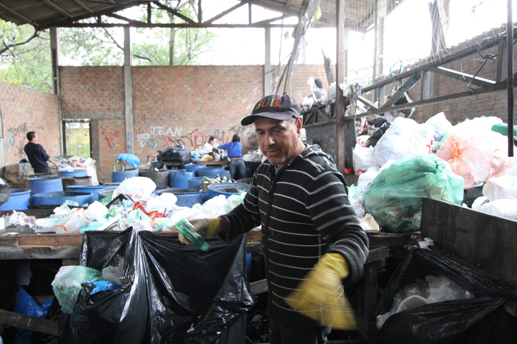 Nos últimos dois anos vem caindo progressivamente a quantidade de lixo reciclável recolhido pela Prefeitura para ser encaminhado às unidades de triagem das associações de catadores.