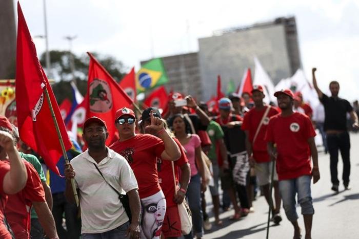Integrantes do Movimento dos Trabalhadores Rurais Sem Terra (MST) e de outros segmentos sociais fazem ato público em apoio ao registro da candidatura de Luiz Inácio Lula da Silva à Presidência da República
