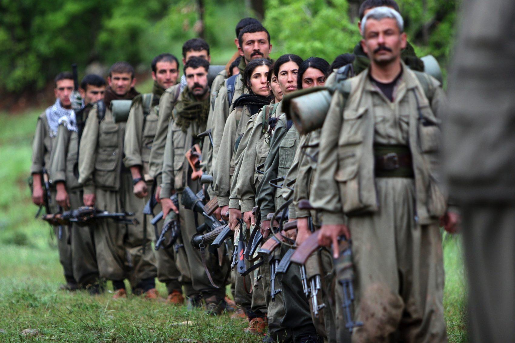 Combatentes do Partido dos Trabalhadores do Curdistão (PKK) chegam à cidade de Dohuk, no norte do Iraque