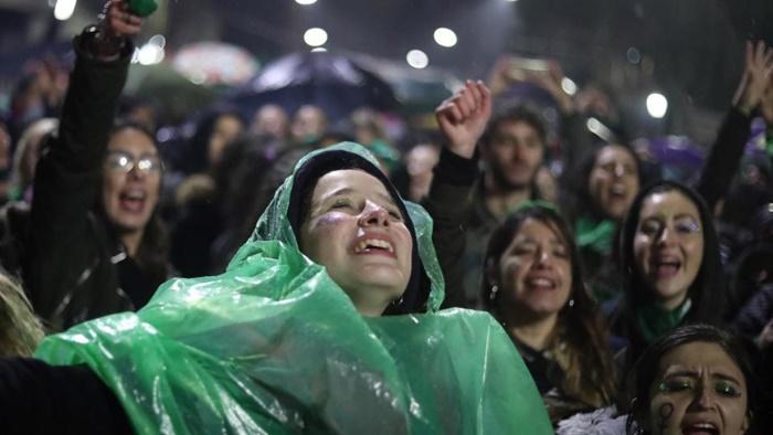 Sob chuva, a espera por um desfecho que se mostrava cada mais improvável pelas mãos dos senadores