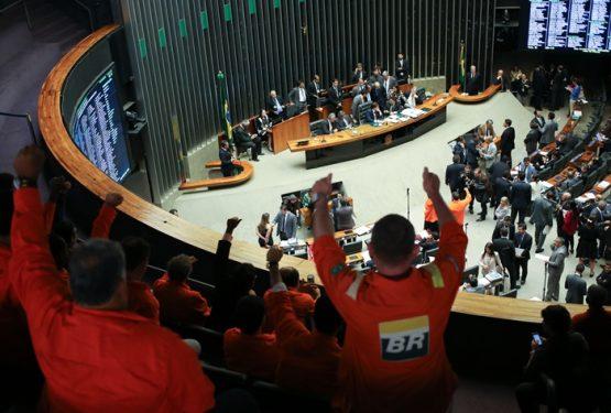 Em 2016, o Plenário da Câmara aprovou, por 292 votos a 101, o projeto de lei do ex-senador José Serra (PSDB) que desobriga a Petrobras de operar todos os blocos de exploração do pré-sal | Foto: Fabio Rodrigues Pozzebom/ABr