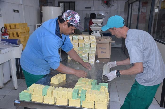 Produção de sabões é feita a partir de óleo de cozinha reciclado