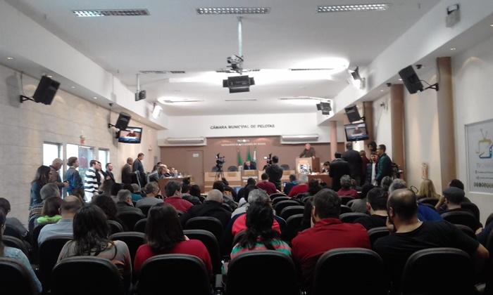 Representantes dos movimentos sociais e da educação ocuparam o plenário da Câmara na manhã desta terça-feira
