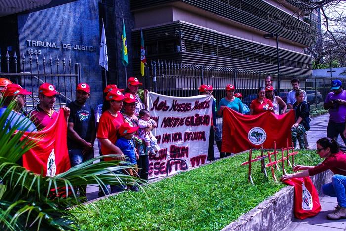 Integrantes do MST fizeram vigília em frente ao TJRS durante o julgamento