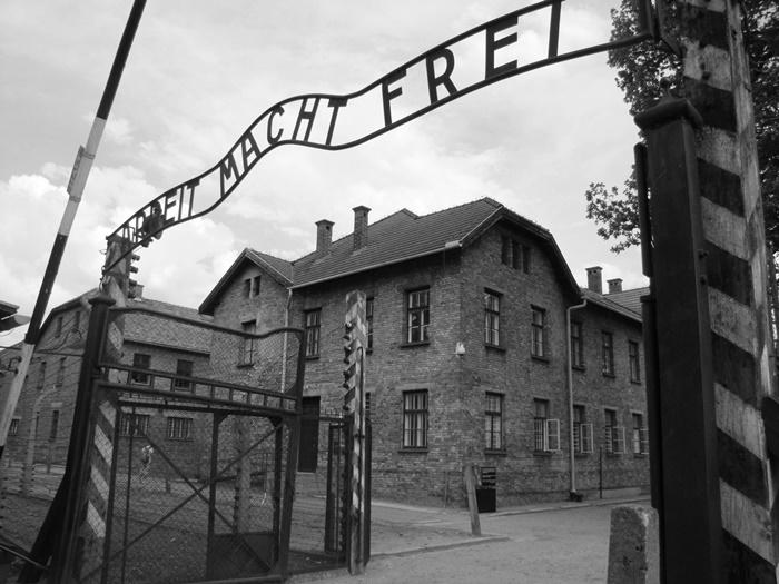 """Na entrada do campo de concentração de Auschwitz, a macabra ironia em uma frase: """"O trabalho liberta"""""""