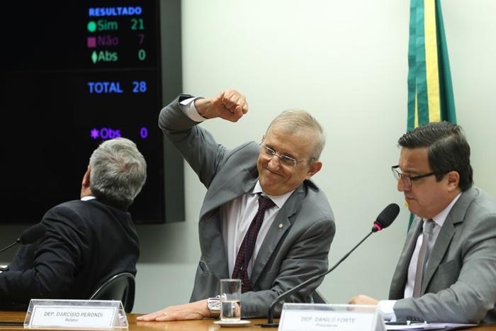 Em 2016, quando era relator da Comissão Especial da PEC 241/16, que limita os gastos públicos, Perondi (C) comemorou a aprovação do texto final da proposta para o segundo turno na Câmara. Agora está sem mandato