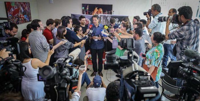 Após receber manifesto de apoio assinado por 1,5 mil juristas, Haddad concedeu coletiva em hotel de São Paulo