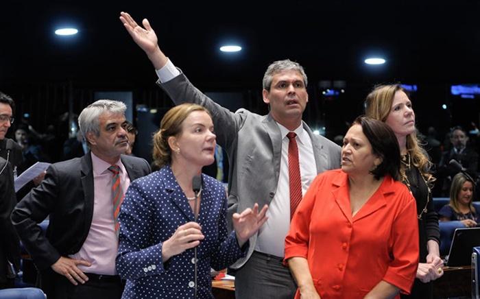 Os senadores progressistas Humberto Costa, Gleisi Hoffmann, Lindbergh Farias, Fátima Bezerra e Vanessa Grazziotin barraram votação e pressionaram pela aprovação de audiência pública