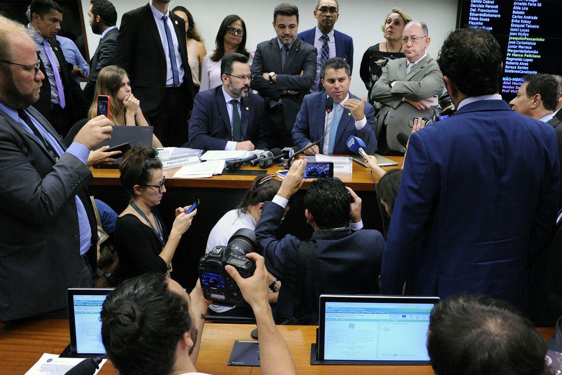 Projeto que atenta contra a liberdade de cátedra e desrespeita autonomia dos professores teve votação suspensa