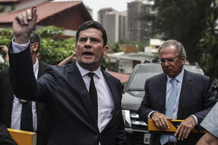 """O juiz Sergio Moro chega à casa do presidente eleito na companhia do economista Paulo Guedes, na manhã desta quinta-feira: """"agenda anticorrupção"""""""