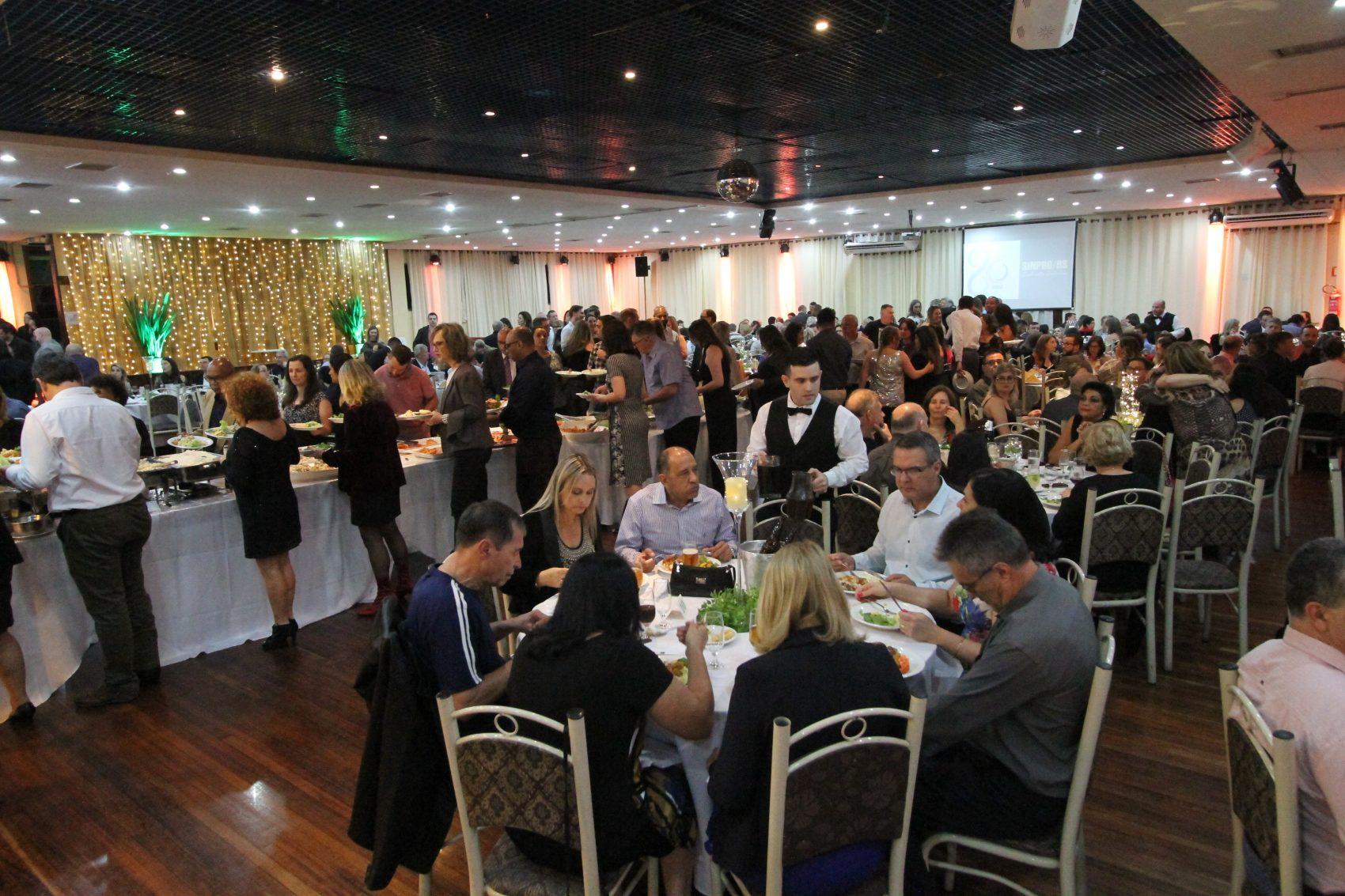 Jantar baile em Porto Alegre reuniu mais de 500 professores e acompanhantes do dia 27 de outubro