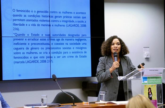 A pesquisadora Jackeline Aparecida Romio identificou três tipos de feminicídio: sexual, doméstico e reprodutivo
