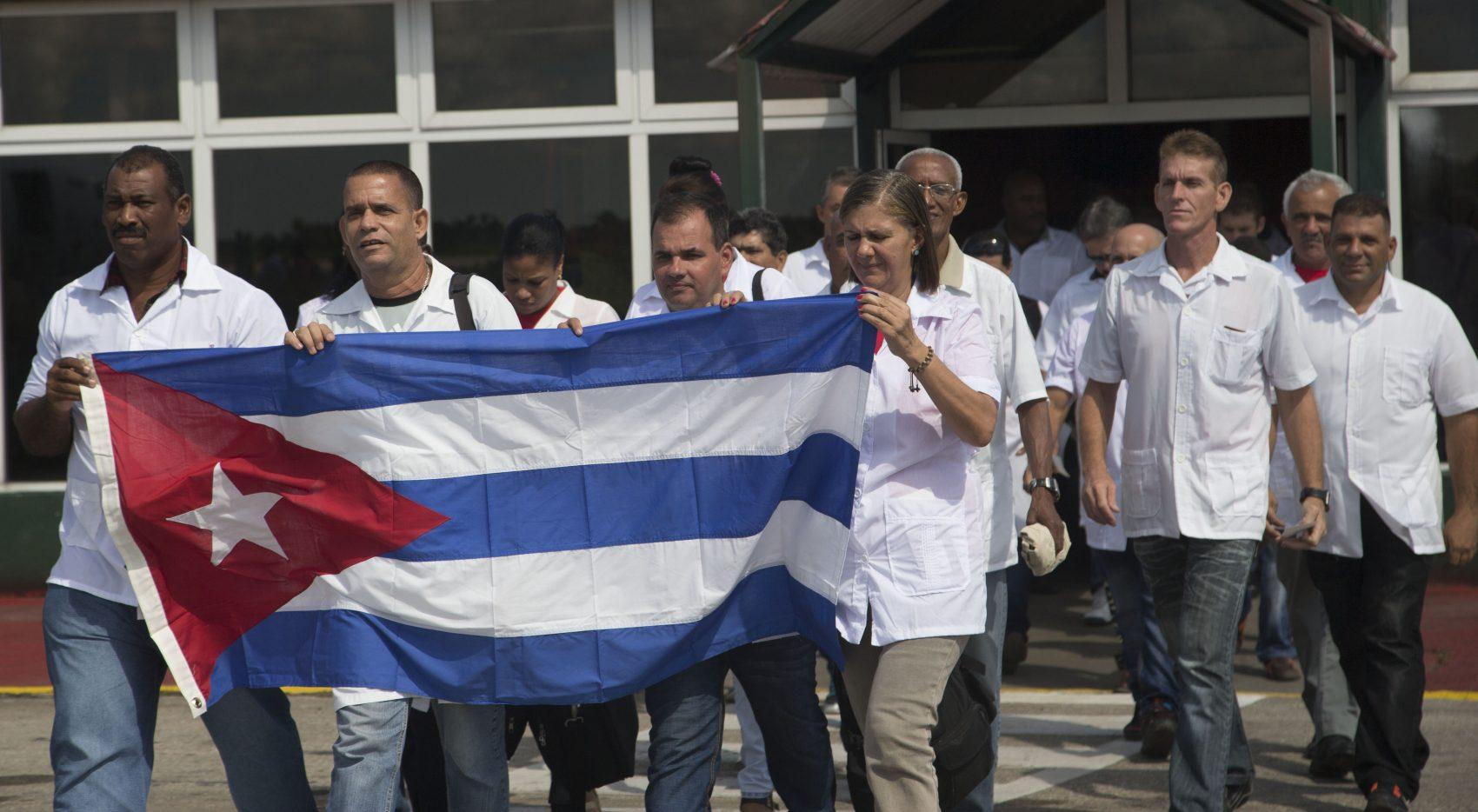 Medicos cubanos embarcam para o Haiti em 2016: programa de ajuda humanitária, o Mais Médicos integra médicos de diversas nacionalidades, sendo conhecido e respeitado por governos democráticos