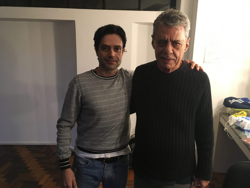 Professor Leandro Ortolan e Chico Buarque nos bastidores da apresentação em Porto Alegre