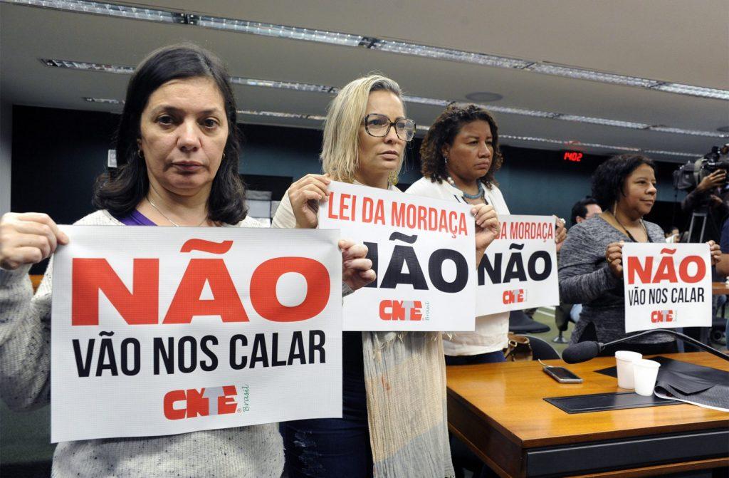 Manifestantes continuaram lotando o plenário da comissão, com cartazes favoráveis e contrários ao texto