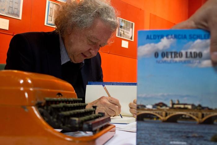 Especialista em literatura gaúcha e uruguaia, Schlee publicou mais de 15 livros, entre contos, ensaios e romances, e sua obra integra mais de seis antologias