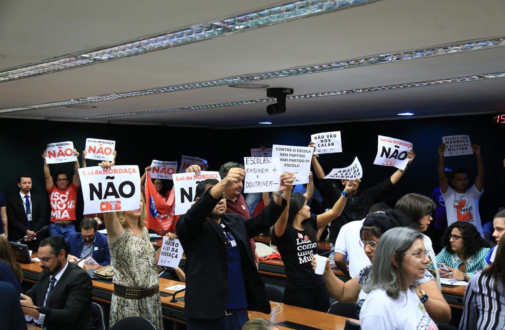 Manifestantes contra o PL durante reunião da Comissão na última semana de outubro