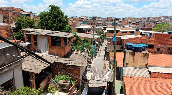A população em situação de pobreza, com rendimentos diários abaixo de US$ 5,5 ou R$ 406 mensais pela paridade de poder de compra, subiu de 25,7% para 26,5% em um ano