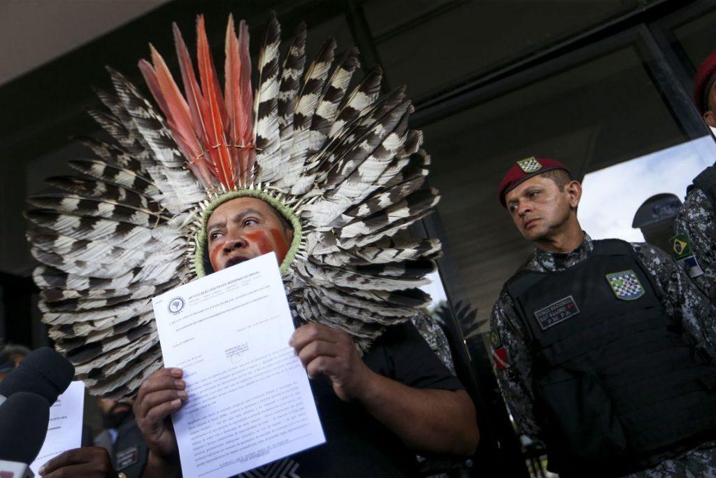 Representantes de povos indígenas vão ao Centro Cultural Banco do Brasil (CCBB) entregar carta para o presidente eleito Jair Bolsonaro.