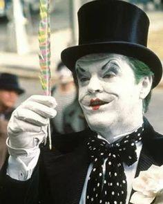 """No Batman de Tim Burton de 1989, Jack Nicholson, como Coringa diz: """"A pena (caneta) é mais poderosa do que a espada"""", antes de usá-la para cometer uma assassinato"""
