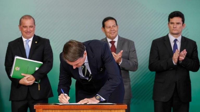 Na cerimônia o Presidente diz que a caneta é sua arma