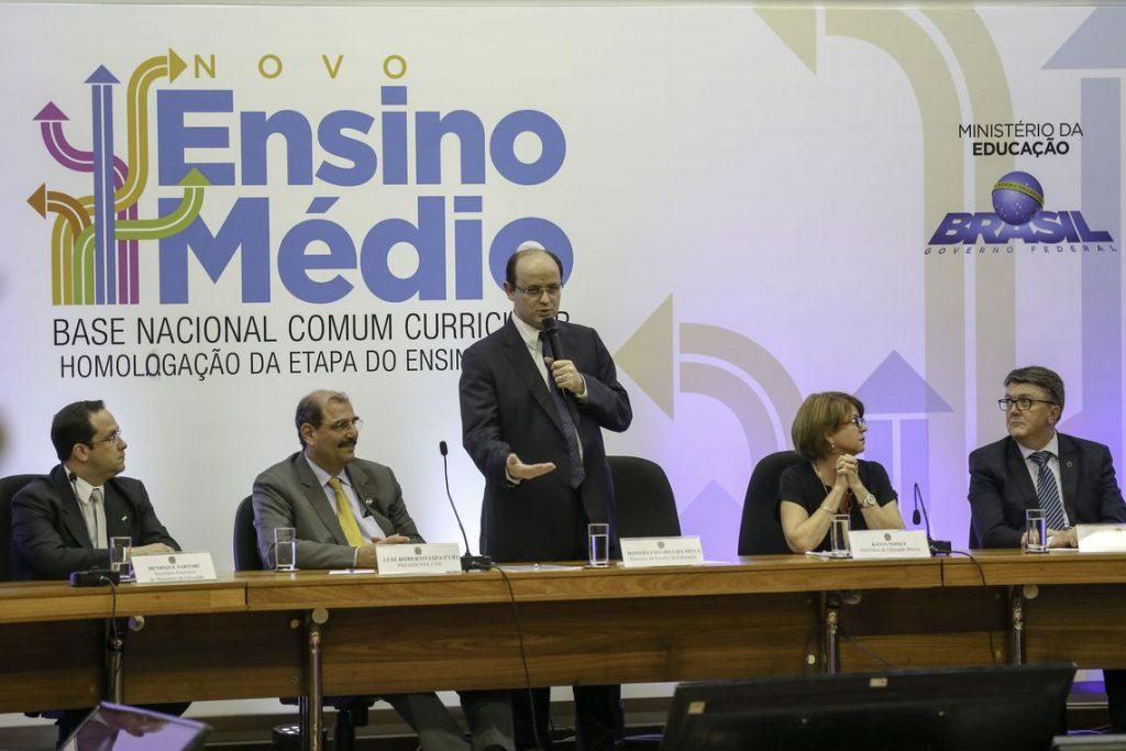 O ministro da Educação, Rossieli Soares, entrega para integrantes do Conselho Nacional de Educação, o documento da Base Nacional Comum Curricular do Ensino Médio.