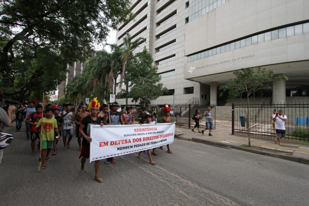 Centenas de indígenas das etnias Guarani e Kaingang e apoiadores da causa realizaram um ato no início da tarde em frente ao Incra e saíram em caminhada até o MPF