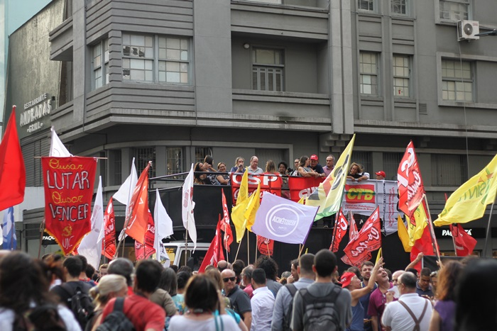 Ato organizado pelas centrais sindicais na Esquina Democrática, centro de Porto Alegre, denunciou que não há déficit nas contas da Seguridade Social