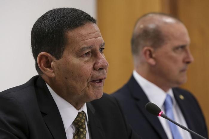 O Ministro-Chefe da Casa Civil, Onyx Lorenzoni (D) é investigado pela PGR, por dois recebimentos de caixa 2 em campanhas eleitorais