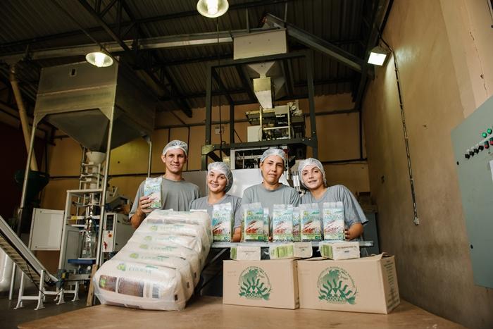 A Coopan é uma das cooperativas do MST que faz o beneficiamento do arroz orgânico