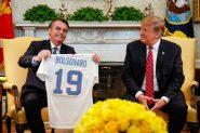 Durante encontro, presidentes trocaram camisetas das seleções de futebol de cada país, Trump recebeu a camisa 10, que foi de Pelé e Bolsonaro recebeu a de número 19 | Foto: Alan Santos/PR