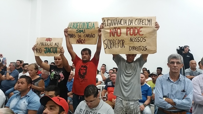 Comunidades atingidas pela mina protestaram na audiência pública realizada em Charqueadas