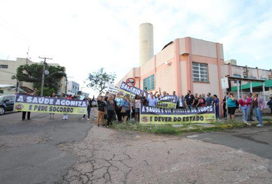 Em Sapucaia, servidores do HGV protestaram contra atrasos de até dois meses no pagamento dos salários | Foto: Igor Sperotto
