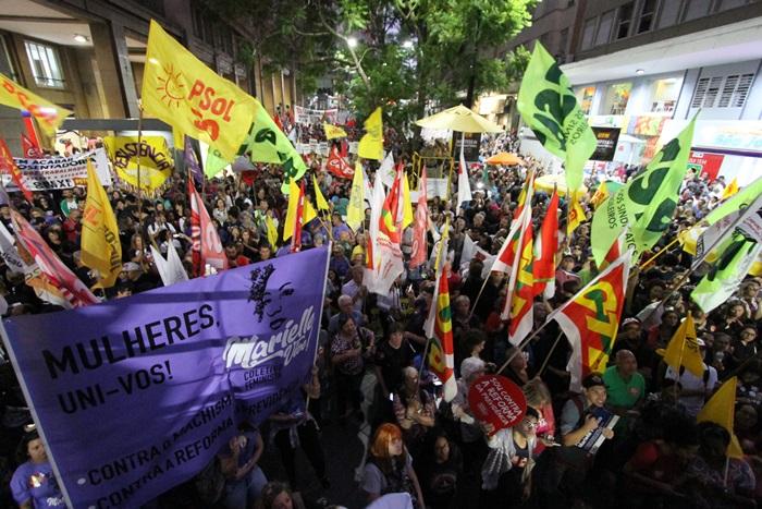 Organizado pelas centrais sindicais, ato em Porto Alegre reuniu representações sindicais de diversas categorias