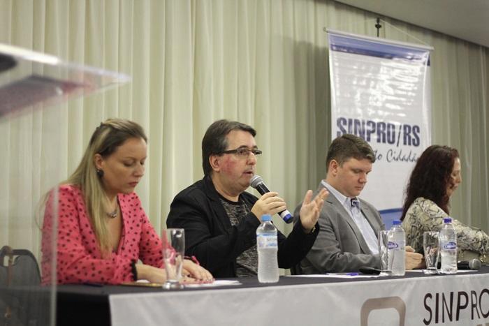 """Câssio Bessa, diretor do Sinpro/RS, coordenou a mesa do painel """"As perspectivas de aposentadoria dos professores"""", com a economista Anelise Manganelli (E) e os advogados Tiago Kidnick e Diana dos Santos"""