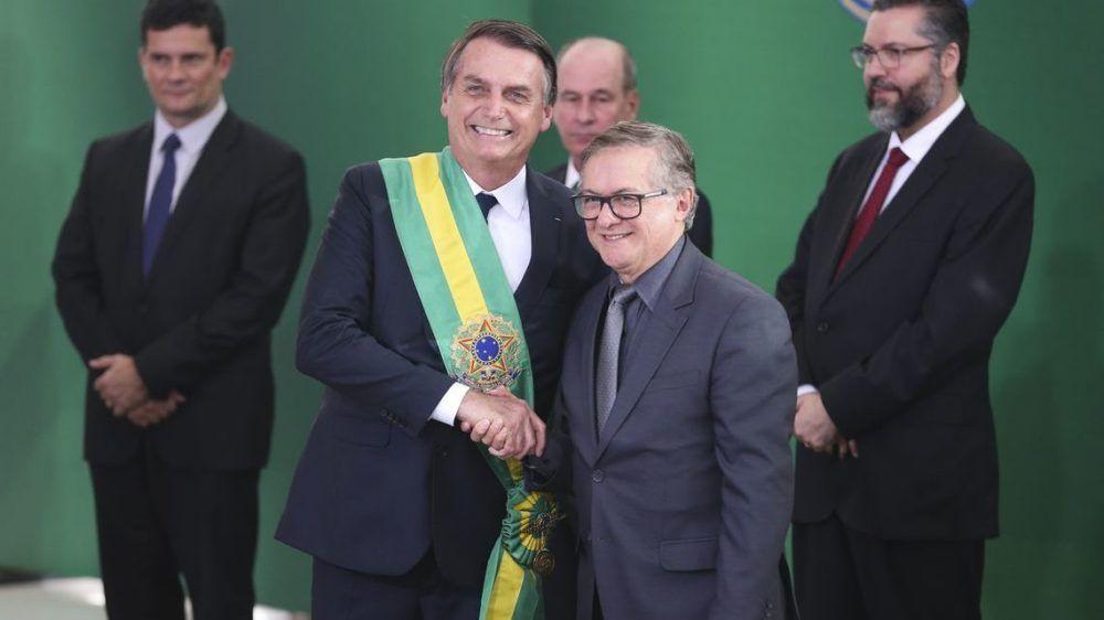 Bolsonaro empossa Velez, indicado por Olavo de Carvalho, que comanda seus discípulos dos EUA, onde Moro, ainda juiz e hoje ministro, pariu o conceito de Lava-Jato